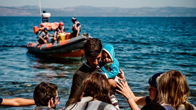 Horst Seehofer: Ein Migrant mit einem Kind erreicht die griechische Insel Lesbos, nachdem er die Ägäis von der Türkei aus überquert hat.