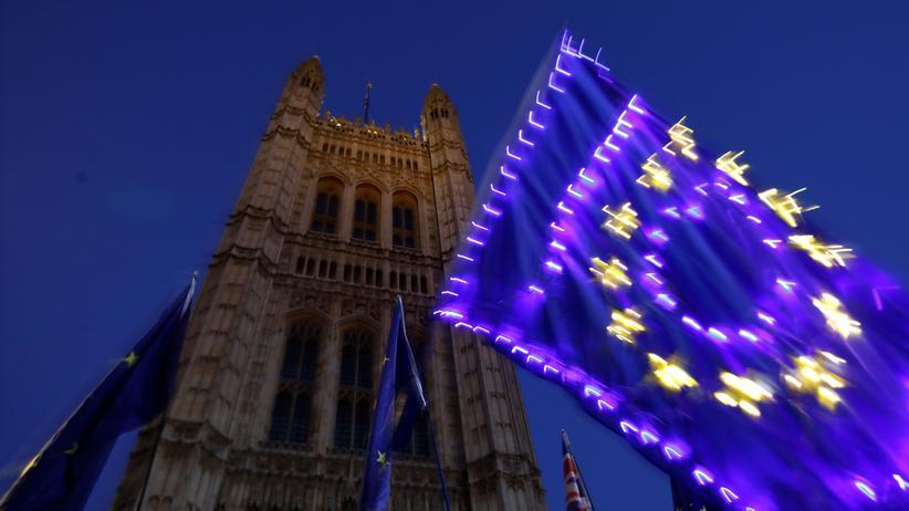 Großbritannien: Vor dem britischen Parlamentsgebäude in London