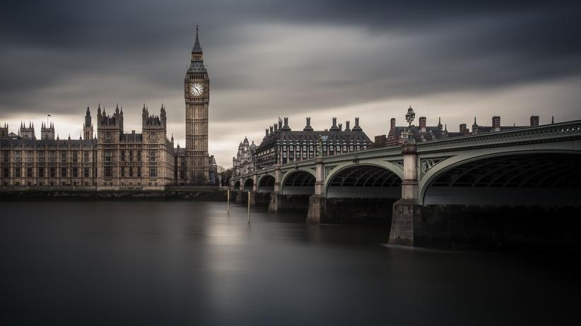 Europäische Union: Langzeitaufnahme des berühmten Big Ben mit Blick auf Westminster Abbey