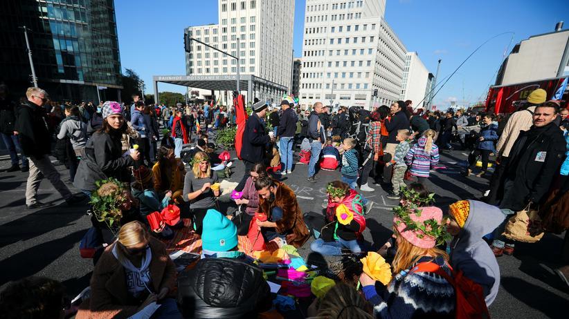 Aktivistinnen und Aktivisten am Potsdamer Platz in Berlin