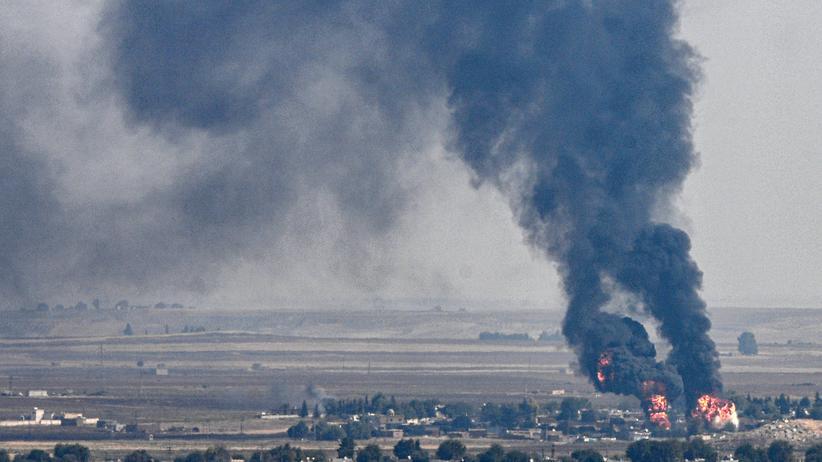 Syrien-Offensive: Rauch und Feuer sind in der syrischen Stadt Ras al-Ain zu sehen. Die Türkei kämpft weiterhin gegen Kurdenmilizen im Norden Syriens.