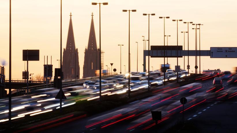 Kommunalpolitik: Die Bewohner vieler Kommunen leiden unter starker Abgasbelastung – hier der Verkehr auf der Zoobrücke Köln