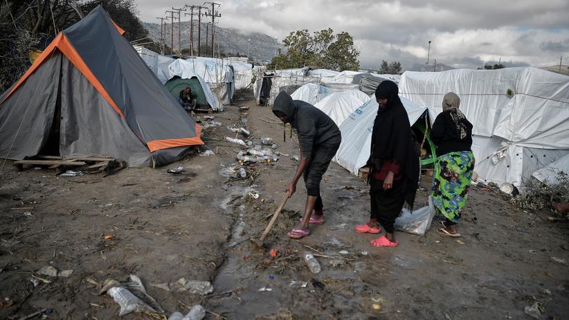 Asylpolitik: In einem Migrantencamp auf der griechischen Insel Chios gräbt ein Mann einen Graben, damit nach einem starken Regen das Wasser abfließen kann. In den Zelten leben Tausende ohne Strom und fließend Wasser.