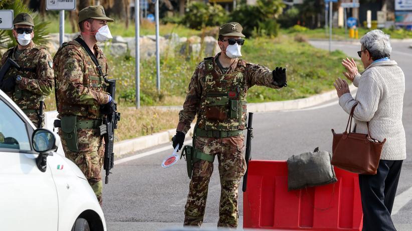 Grenzschließungen: Soldaten an der Grenze zwischen Italien und Frankreich.