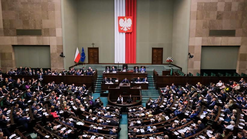 Justizreform: Abgeordnete nehmen an einer Sitzung des polnischen Parlaments teil. Das polnische Parlament hat ein umstrittenes Gesetz zur Disziplinierung von Richterinnen und Richtern verabschiedet.