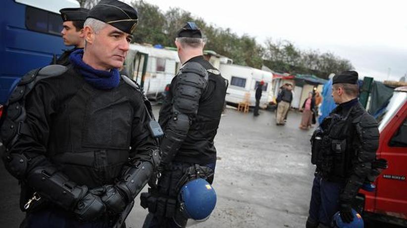 Frankreich: Französische Polizisten kontrollieren nahe Paris ein Roma-Lager (Archivbild, 5.2.2008)