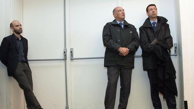 """Roberto Saviano: Der neapolitanische Journalist Roberto Saviano (links) wird ständig bewacht, weil sein Leben seit der Veröffentlichung seines Buches """"Gomorrha"""" in Gefahr ist."""