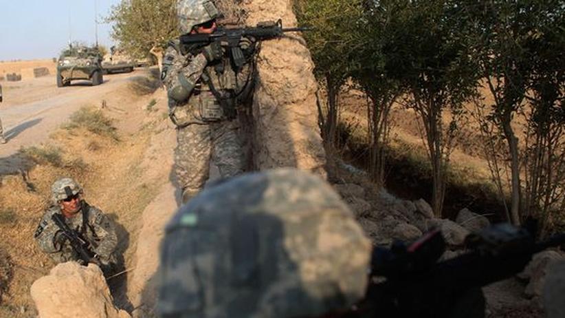 US-Strategie für Afghanistan: Kampf gegen ein kaum greifbaren Feind: Ein amerikanische Armeepatrouille sucht in der Provinz Kandahar Deckung, nachdem sie aus einem Hinterhalt beschossen wurde