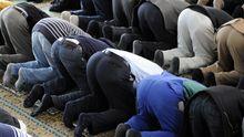 Starker Einfluss eines orthodoxen Islams: betende Muslime in der Berliner Ahmadiya-Moschee
