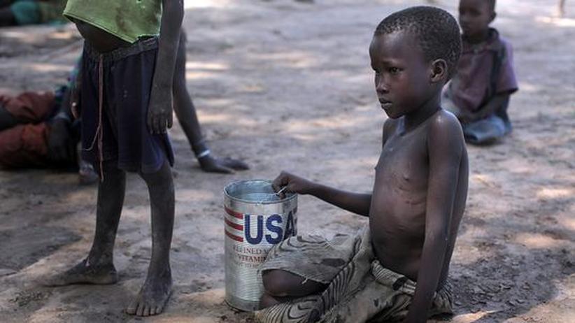 Welthungerkonferenz: Die Ernährungskrise wird durch den Klimawandel verschärft: Im Norden Kenias warten Kinder vom Nomandestamm der Turkana auf Lebensmittelhilfe und Wasser