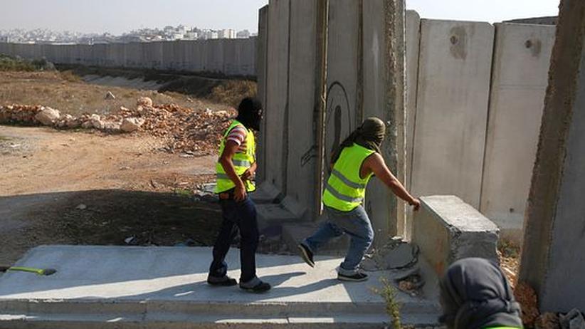 Westjordanland: Palästinenser reißen am 20. Jahrestag des Berliner Mauerfalls ein Stück der Sicherheitsmauer zwischen dem Westjordanland und Ostjerusalem nieder