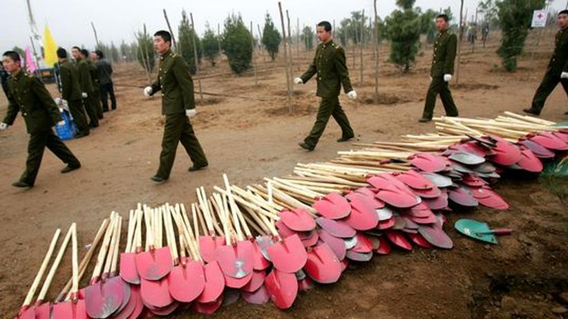 Klimagipfel in Kopenhagen: Chinesische Soldaten marschieren für eine freiwillige Aufforstungsaktion auf. In den letzten 28 Jahren wurden in China über  50 Millionen neuer Bäume angepflanzt