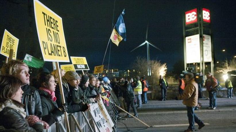Demonstration in Kopenhagen: Mindestens 30.000 Demonstranten sammeln sich am Abend vor dem Bella Center in Kopenhagen, dem Tagungsort der UN Klima-Konferenz
