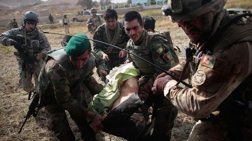 Afghanistan: Afghanische, kanadische und amerikanische Soldaten tragen einen schwer verletzten Kameraden zu einem wartenden Militärhubschrauber. In Afghanistan starben bislang 134 kanadische Soldaten