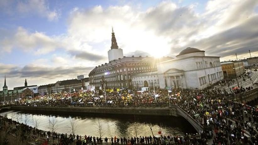 Hilferuf aus Tuvalu : Während im Kopenhagener Parlament der Gipfel tagt, versammeln sich Tausende Demonstranten vor dem Gebäude