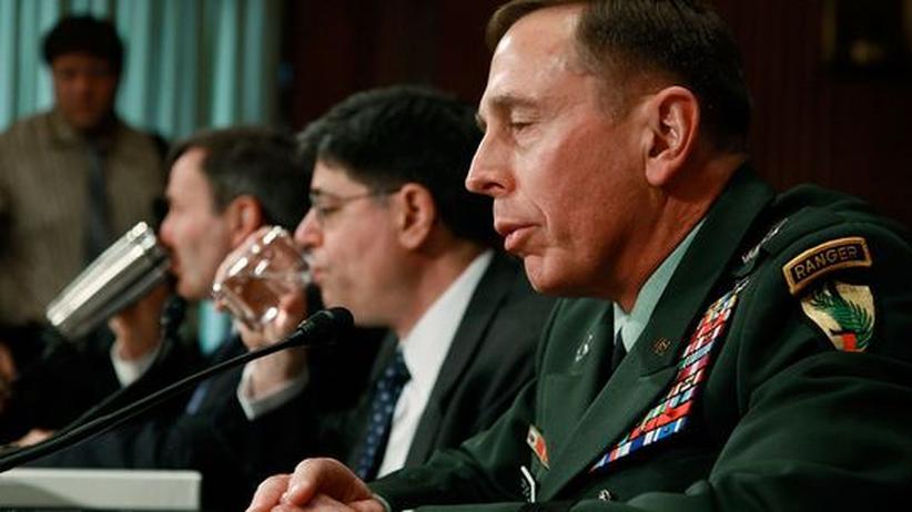 Afghanistan: General David Petraeus (r.) sagt am Mittwoch vor dem US-Kongress aus. Neben ihm sitzen Karl Eikenberry (l.), der amerikanische Botschafter in Afghanistan, und Jacob Lew (M.), Chef-Assistent des Außenministeriums
