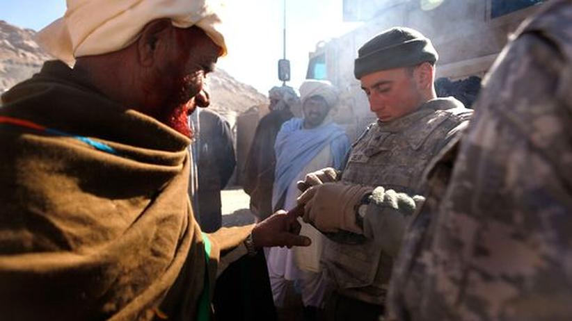 Ein amerikanischer Soldat nimmt Fingerabdrücke, in Afghanistan