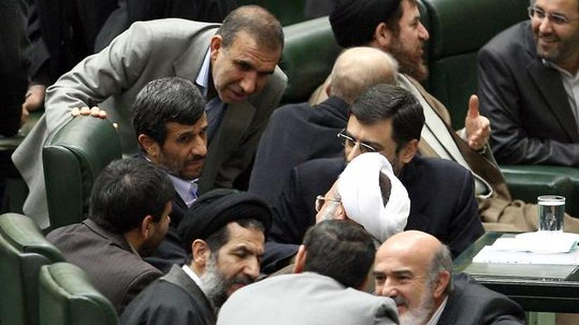 Irans Atomprogramm: Möchte seine Gegner spalten: Irans Präsient Mahmud Ahmadineschad (M) im Parlament in Teheran