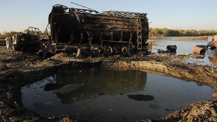 Kundus-Bombardement: Archivbild vom 5.September 2009: Einer der beiden ausgebrannten Tanklastzüge, die bei Kundus auf Anforderung von Bundeswehroberst Klein bombardiert wurden