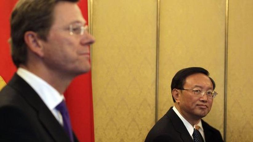 """Besuch in China: Guido Westerwelles zahlreiche Hinweise auf Deutschlands """"Differenzen"""" mit China ertrug der chinesische Außenminister Yang Jiechi mit Fassung"""