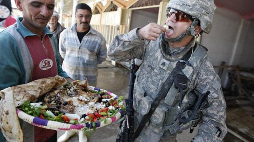 Regierung Obama: Mit Hilfe von USAID wieder aufgebaut: Ein US-Soldat bei der Eröffnung des Shuhada-Fischmarktes in Bagdad