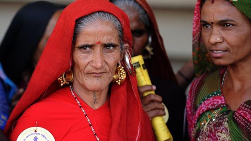 Indien: Frauen auf einer Demonstration in Ahmedabad anlässlich des Internationalen Frauentages am 8. März