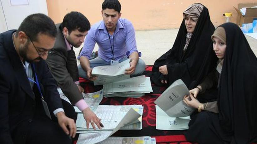 Wahlhelfer in Nadschaf zählen am Ende des Wahltags die abgegebenen Stimmen