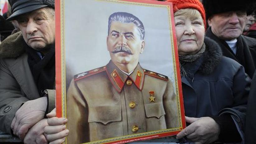 """Vergangenheitsbewältigung: Anhänger der Kommunistischen Partei feiern Stalin - hier auf einer Demonstration am """"Tag des Verteidigers des Vaterlandes"""" am 23. Februar"""