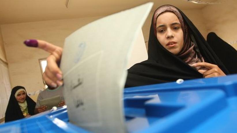 Eine irakische Frau bei der Stimmabgabe in Sadr-City