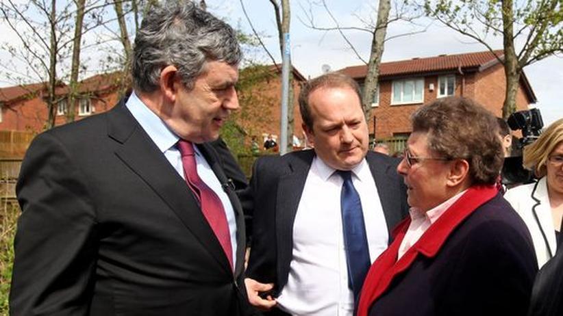 Der britische Premier Brown (l.) im freundlichen Gespräch mit Gillian Duffy