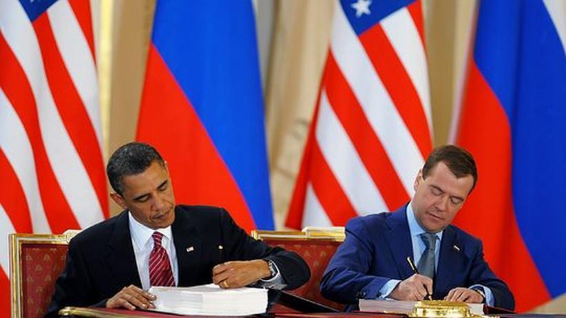US-Präsident Barack Obama und sein russischer Amtskollege Dimitrij Medwedjew unterzeichnen den Start-Vertrag