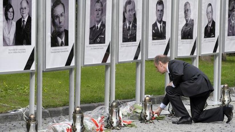 Polens Verteidigungsminister Bogdan Klich legt Blumen nieder