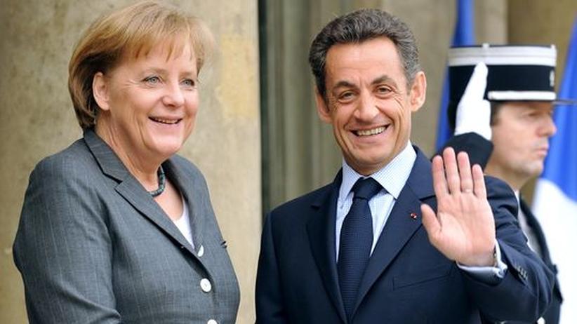 Frankreichs Nicolas Sarkozy (r.) begrüßt Bundeskanzlerin Angela Merkel