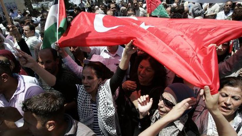 Attacke auf Hilfskonvoi: Weltweit Empörung und scharfe Kritik: Im Westjordanland protestierten die Menschen gegen die Militäraktion der Israelis