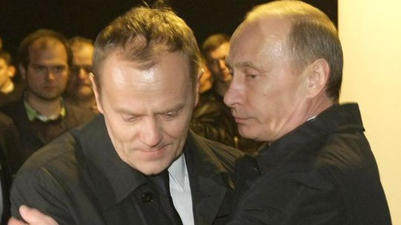 Polens Ministerpräsident Donald Tusk und der russische Regierungschef Wladimir Putin am Ort der Katastrophe in Smolensk