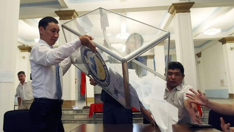 Mitarbeiter der Wahlkommission bei der Auszählung