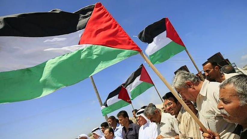 Palästinenser protestieren in Gaza mit ihrer Flagge gegen die israelische Blockade