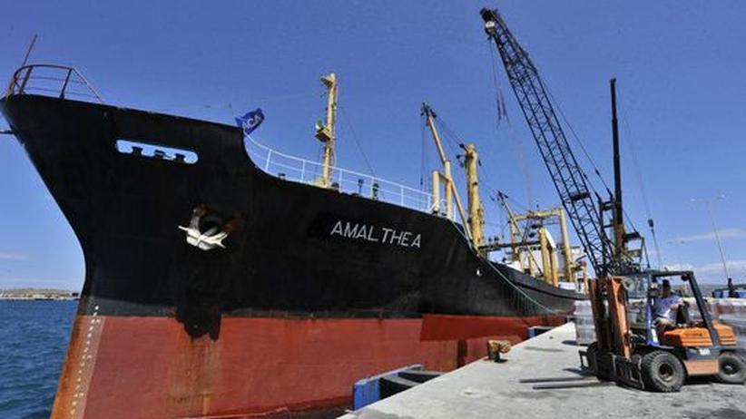 """Libysche Hilfen für Gaza: Die """"Amalthea"""" wird im Hafen der griechischen Stadt Lavrio beladen"""