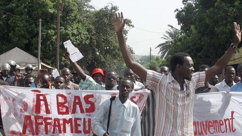 Demonstranten protestieren in Mali gegen die hohen Lebensmittelpreise (Archivbild)