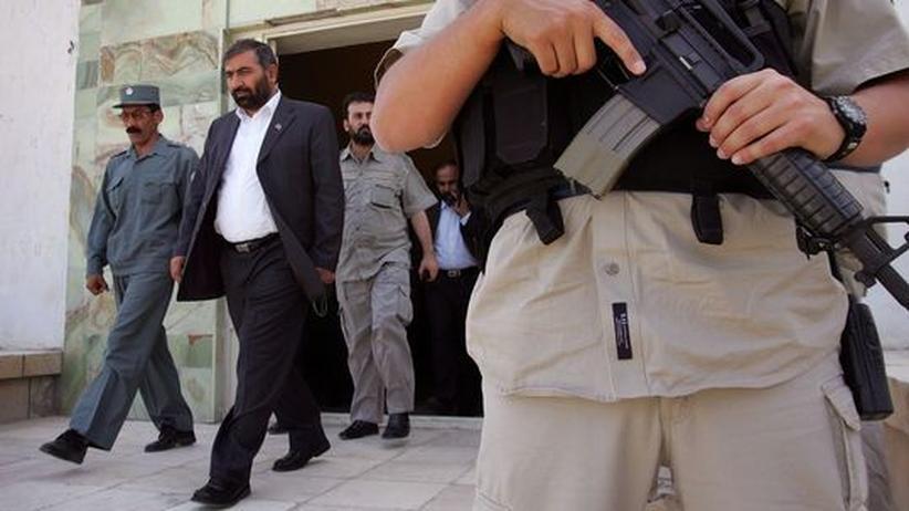 Krieg am Hindukusch: Ein Mitarbeiter der amerikanischen Sicherheitsfirma Dyncorp bewacht einen afghanischen Gouverneur