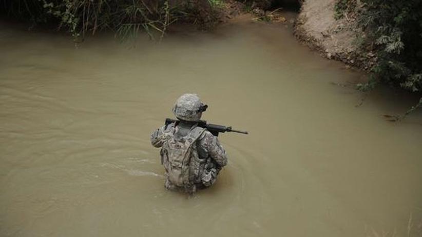 Ein US-Soldat durchwatet einen Kanal während eines Patrouillengangs in der Provinz Kandahar, Afghanistan