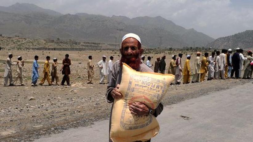 Pakistaner hat eine Hilfsration erhalten