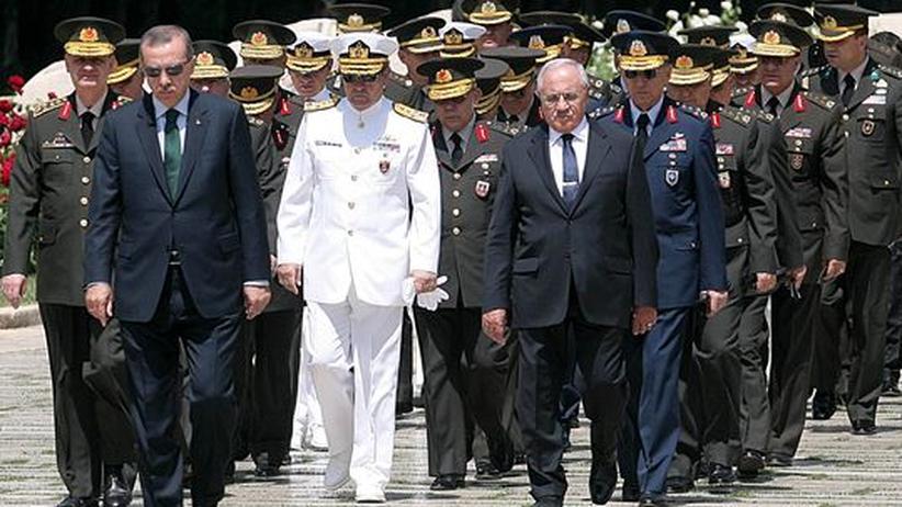 Türkei: Der türkische Premier mit der Militärführung seines Landes vor dem Mausoleum Kemal Atatürks