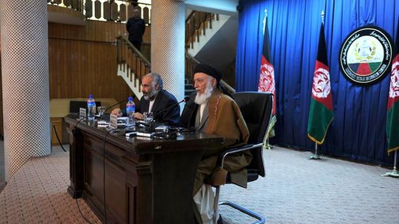 Burhanuddin Rabani (r.), Vorsitzender des Friedensrates und ehemaliger afghanischer Präsident auf einer Pressekonferenz in Kabul