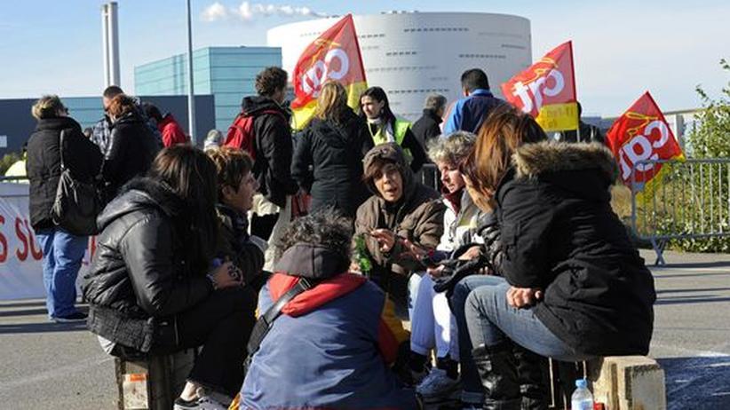 Gewerkschaftsmitglieder bei einer Aktion: Die Blockade der Raffinerien und der Kraftstoff-Reservelager hat Wirkung gezeigt