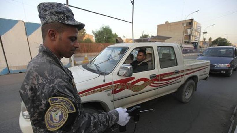Ein irakischer Soldat kontrolliert ein Auto