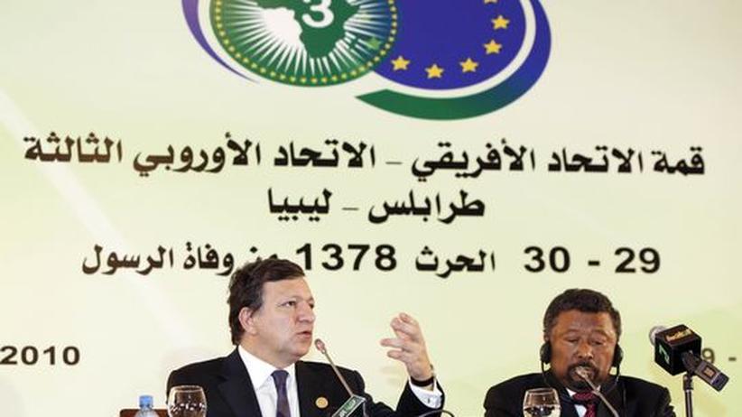 Gipfel in Tripolis: EU-Kommissionspräsident Jose Manuel Barroso (l.) und der Kommissionspräsident der Afrikanischen Union, Jean Ping, zum Abschluss des EU-Afrika-Gipfels in Tripolis