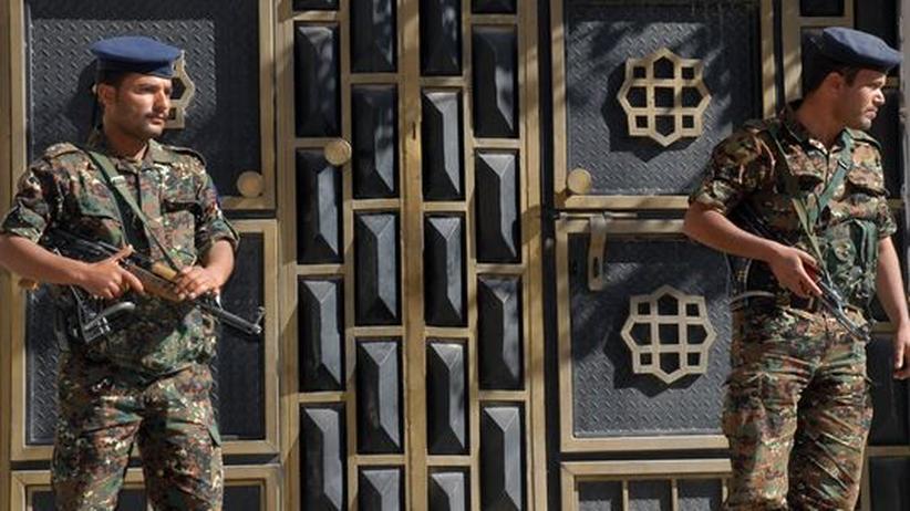 Bewaffnete Polizisten in Sanaa