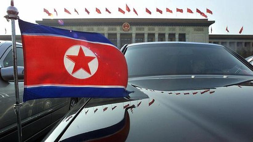 Eine nordkoreanische Botschaftslimousine vor der Großen Halles des Volkes in Peking