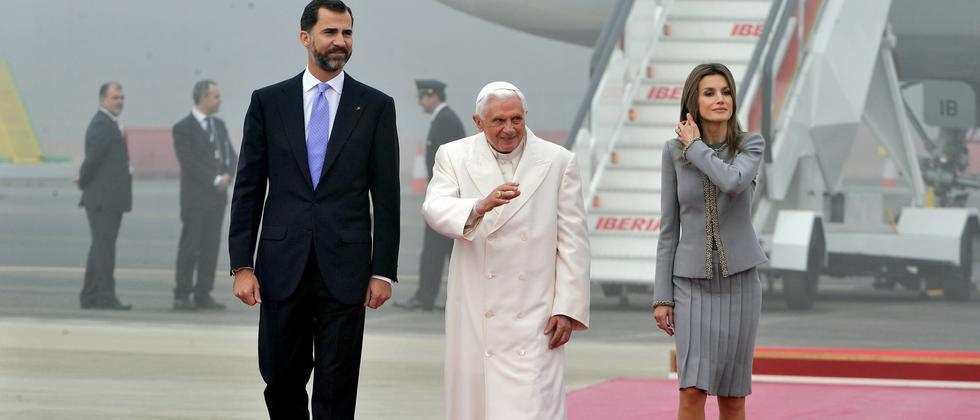 Papst Benedikt XVI. am Flughafen von Santiago de Compostela